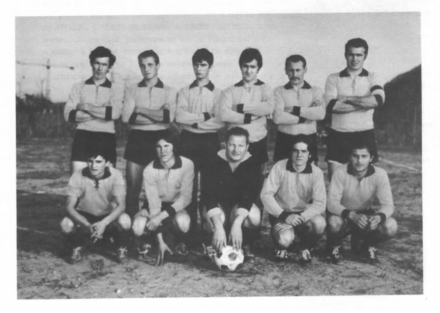 La prima squadra di calcio dell'AC Monteviale: l'erba nel campo ... mancava, ma non la voglia di divertirsi e giocare!